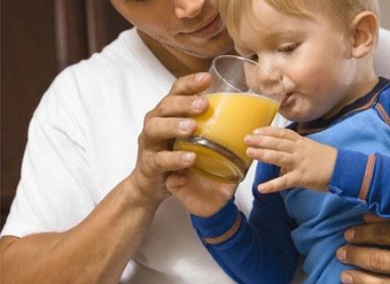 Taki kolorowy, słodki, orzeźwiający napój może nawet stać się ulubionym posiłkiem dziecka. /ThetaXstock