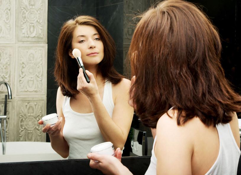 Taki makijaż pieknie rozświetli buzię /123RF/PICSEL