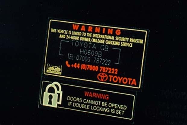 Taki napis w oznakowanych toyotach chroni przed złodziejem (kliknij) /INTERIA.PL