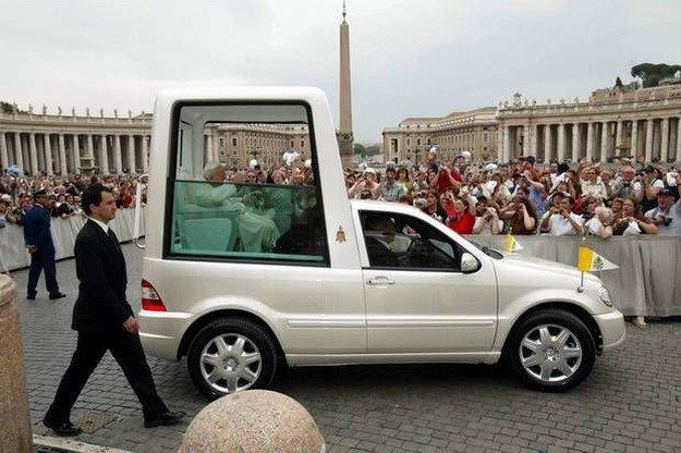 Taki obraz kojarzymy z papieżem najbardziej. Ale nie zawsze tak było /AFP