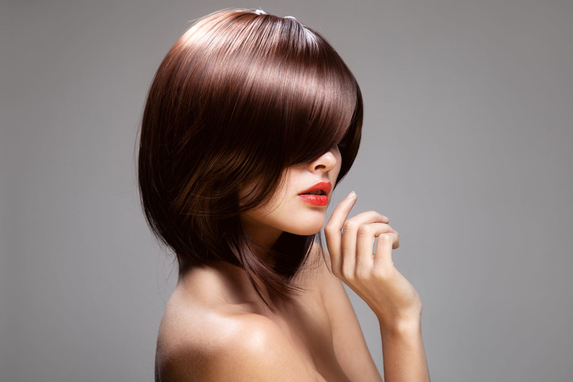 Takie fryzury odchodzą do lamusa. Włosy muszą być naturalne! /©123RF/PICSEL