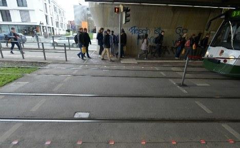 Takie światła na chodniku to idealne rozwiązanie dla osób uzależnionych od smartfonów /materiały prasowe