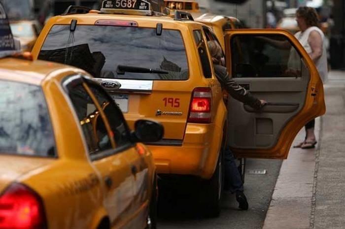 Taksówkarze są jedną z grup zawodowych, która straci pracę ze względu na maszyny /AFP