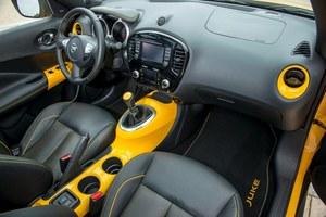Także w kabinie nie zabrakło lakierowanych na wybrany kolor elementów. Plus za ergonomiczną konsolę środkową, minus za brak seryjnego podłokietnika. /Nissan