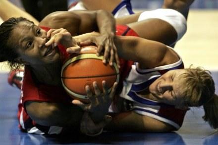 Tamika Catchings (z lewej) ma pomóc Lotosowi odzyskać tytuł /AFP