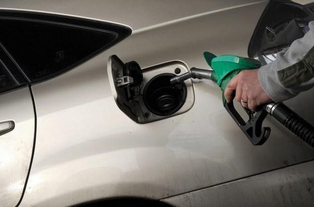 Tankowanie samochodu tańsze już nie będzie /AFP