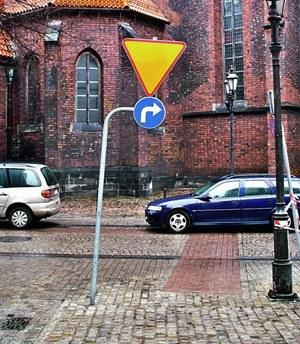 Tarcza znaku nakazująca skręt wydaje się zbyt mała, ale kierowcy powinni się do niego stosować. /Motor