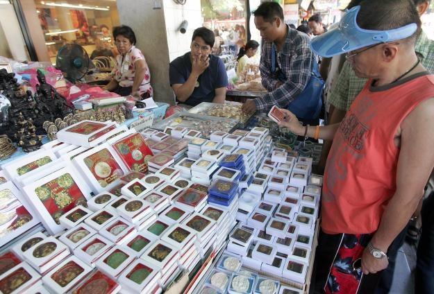 Targ amuletów w Bangkoku /AFP