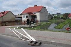 Tarnobrzeg: Trwa wypompowywanie wody z zalanych posesji