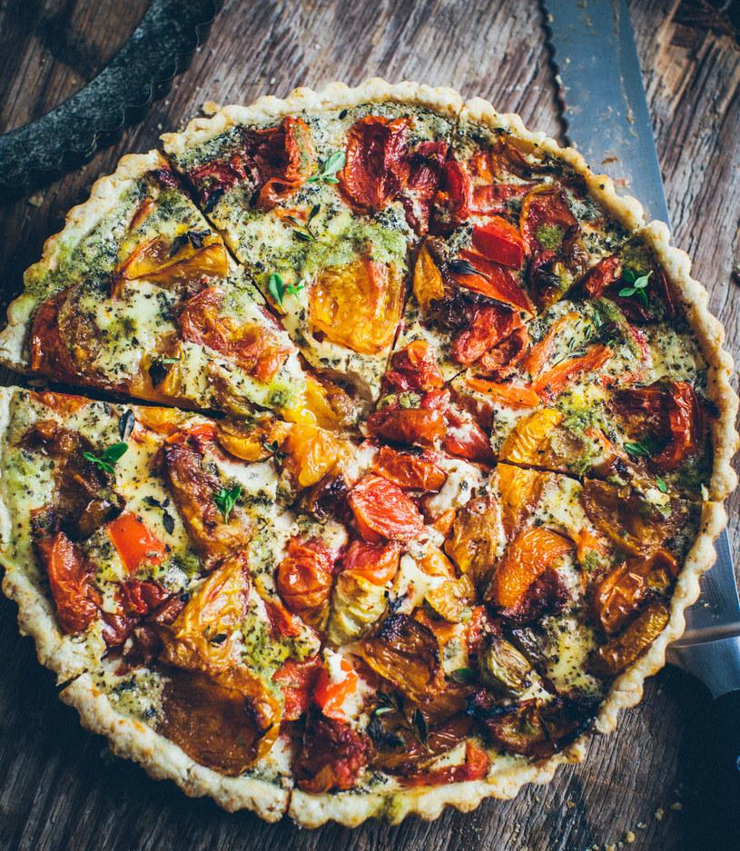 Tarta parmezanowa z pieczonymi pomidorami i papryką /materiały prasowe
