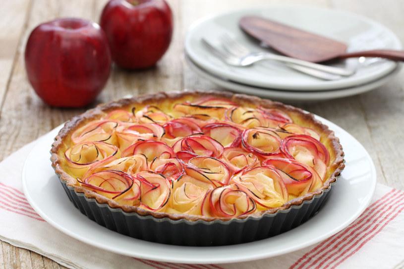 Tarta z jabłkowymi różami /123/RF PICSEL /©123RF/PICSEL