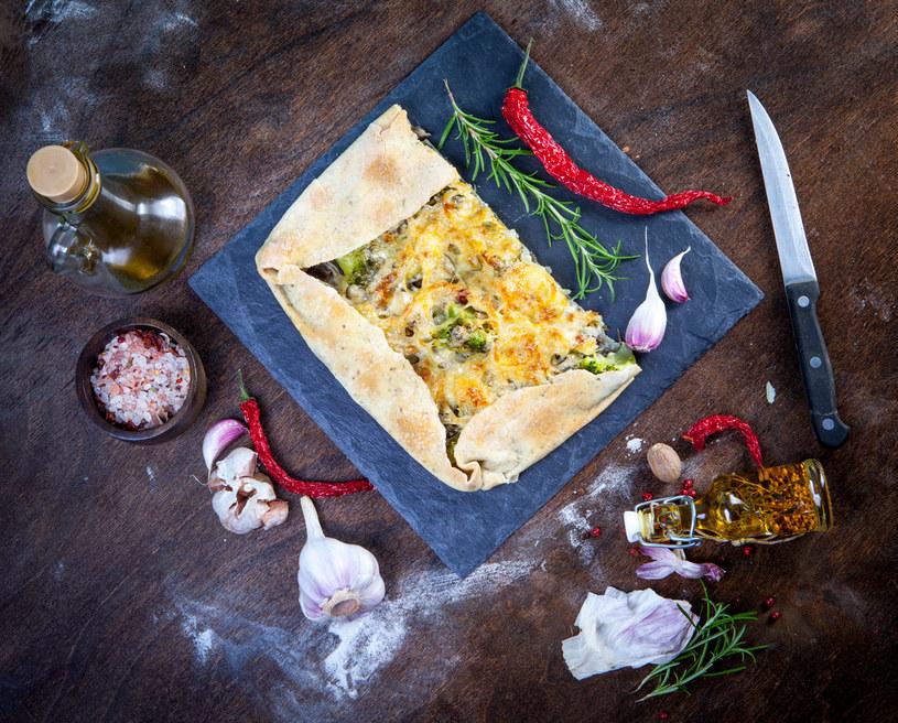 Tarta z żółtym serem, brokułami i cebulą /materiały prasowe