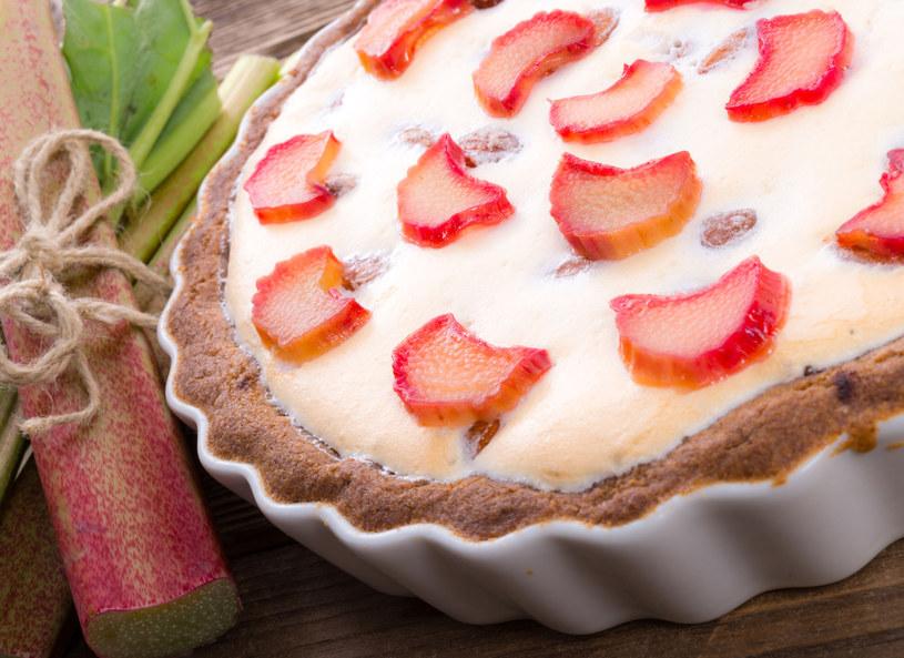 Tartę możesz również przygotować z samym rabarbarem /©123RF/PICSEL