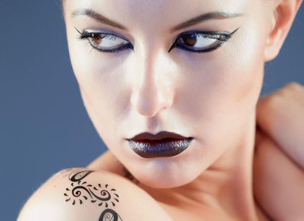 Tatuaż na ramieniu można zasłonić ubraniem /© Photogenica