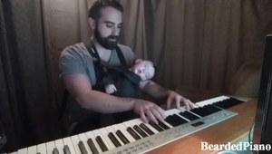 Tatuś gra dziecku kołysankę