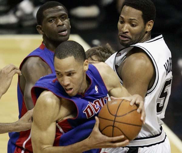 Tayshaun Prince (z piłką) i Robert Horry walczą pod koszem. Spurs-Pistons 81:74 /AFP