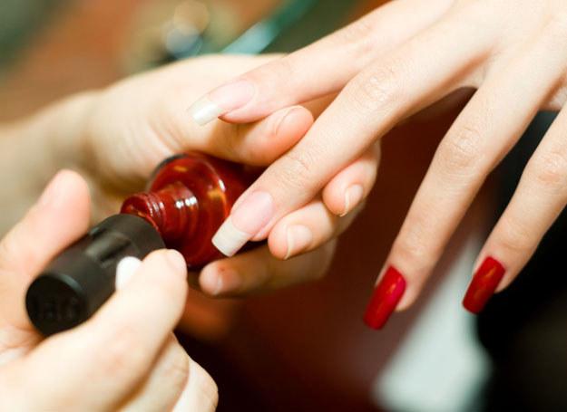 Te pomysły docenią zwłaszcza panie, których paznokcie są kruche, zniszczone, rozdwajające się /©123RF/PICSEL