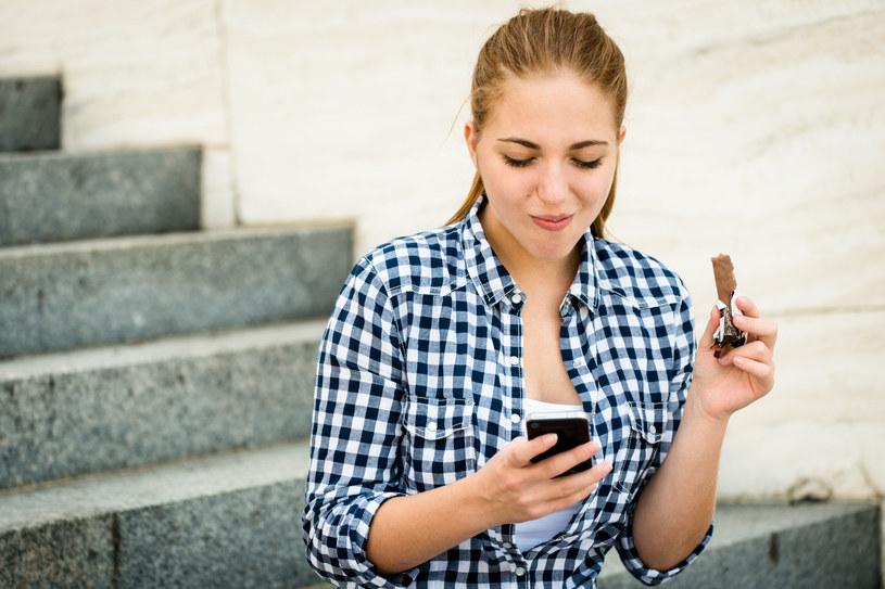 Tech neck to niekorzystny efekt długotrwałego wpatrywania się w urządzenia mobilne /123RF/PICSEL
