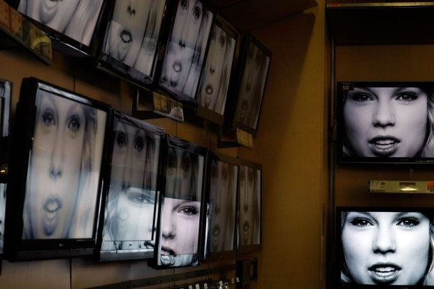 Technologia pozwalająca telewizorowi obserwować widza jest jeszcze w powijakach /AFP