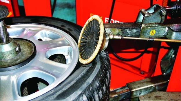 Technologia run flat pozwala kontynunować podróż po uszkodzeniu opony. /Motor