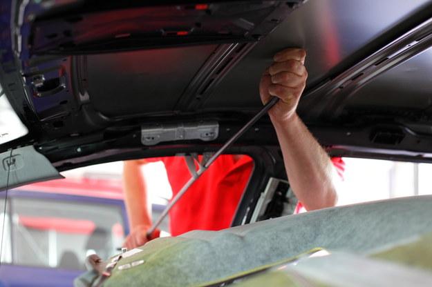 Technologia usuwania wgnieceń polega na użyciu metalowych dźwigni, którymi wgniecenie delikatnie wypychanie jest od wewnątrz elementu. /Motor
