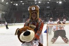 Teddy Bear Toss na Cracovii: Pluszowe misie zasypały lodowisko!