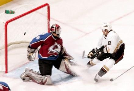 Teemu Selanne strzela 500. bramkę w karierze. Avelanche-Mighty Ducks 3:2 /AFP