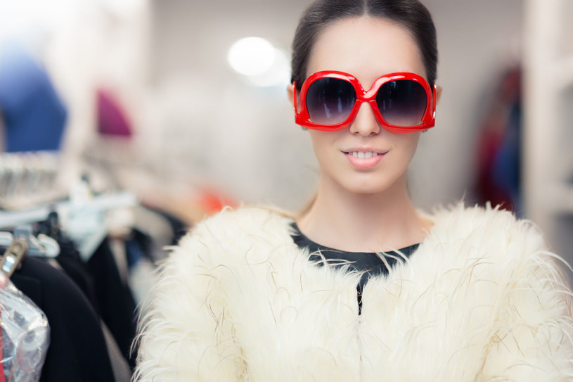 Tego lata okulary przeciwsłoneczne muszą być okrągłe. Mało tego, powinny być także zabawne! /©123RF/PICSEL