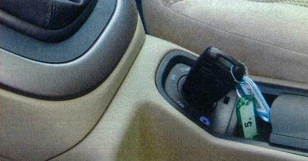 Tego w Fiatach jeszcze nie było - stacyjkę umieszczono nie w kolumnie kierownicy, a między fotelami. Dzięki temu, w razie wypadku, kolano kierowcy nie ucierpi dodatkowo po uderzeniu w wystający, twardy kluczyk. /Motor