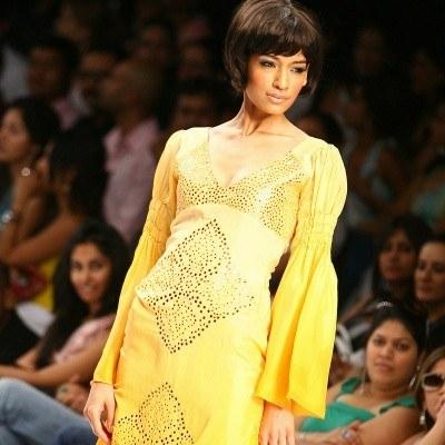 Tej wiosny koniecznie zaopatrz się w żółtą sukienkę /AFP