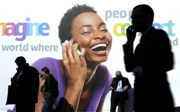 Telefon 2012 roku to na pewno smartfon ze stałym dostępem do internetu - bez niego, ani rusz /AFP