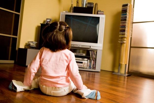 Telewizja może mieć korzystny wpływ na dziecko. /123/RF PICSEL