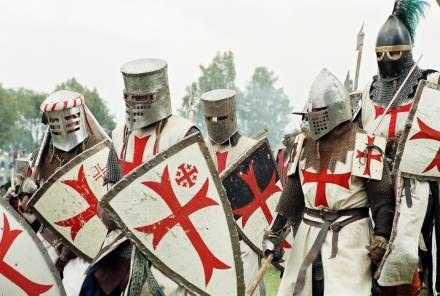 Templariusze wyraźnie odznaczali się na tle wielokolorowego świeckiego rycerstwa... (Grunwald 2003) /Gazeta Rycerska