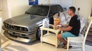 Ten 26-latek sypia ze swoim BMW!