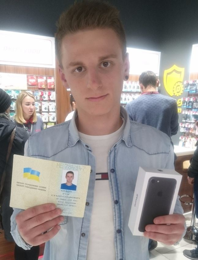 Ten człowiek mógł kupić iPhone'a 7 za symboliczną hrywnę /vk.com /Internet
