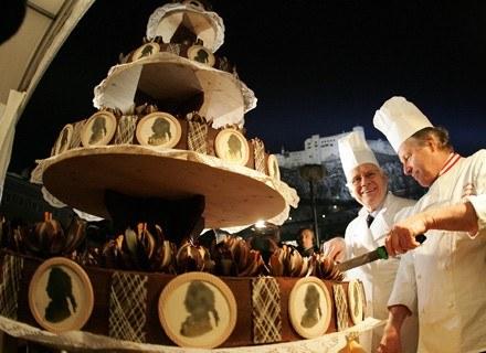 Ten gigantyczny Tort Sachera był przygotowany z okazji 250 rocznicy urodzin Mozarta. /AFP