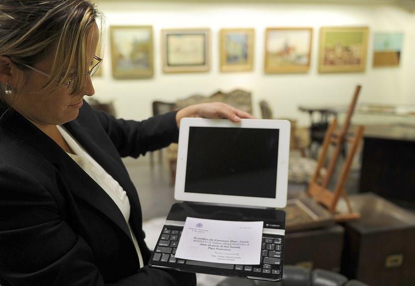 Ten iPad należał wcześniej do papieża Franciszka /AFP