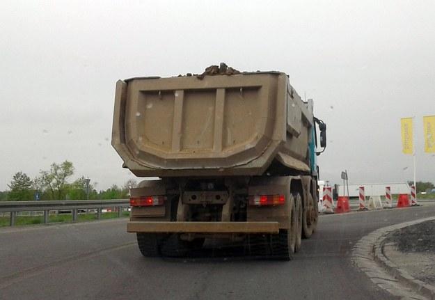 Ten kierowca złamał przynajmniej kilka przepisów /poboczem.pl