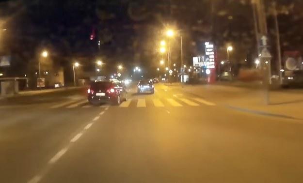 Ten manewr VW Passata bardzo wzburzył kierowcę auta z kamerą /
