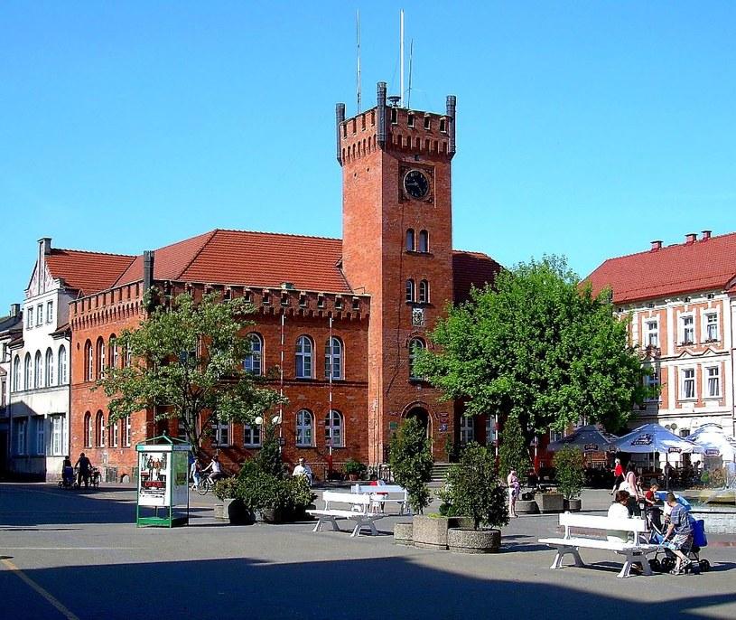 Ten sam ratusz w centrum Szczecinka na współczesnym zdjęciu. Tu przez prawie rok leżała zabezpieczona ambona z Radacza. /Leszek Adamczewski /Odkrywca