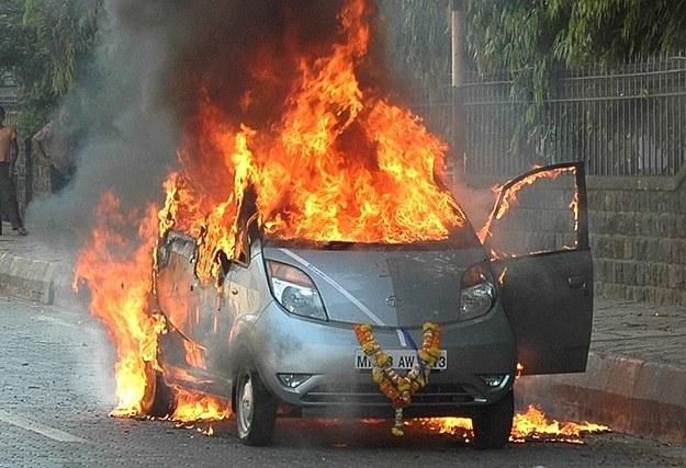 Ten samochód 45 minut wcześniej opuścił salon... /AFP