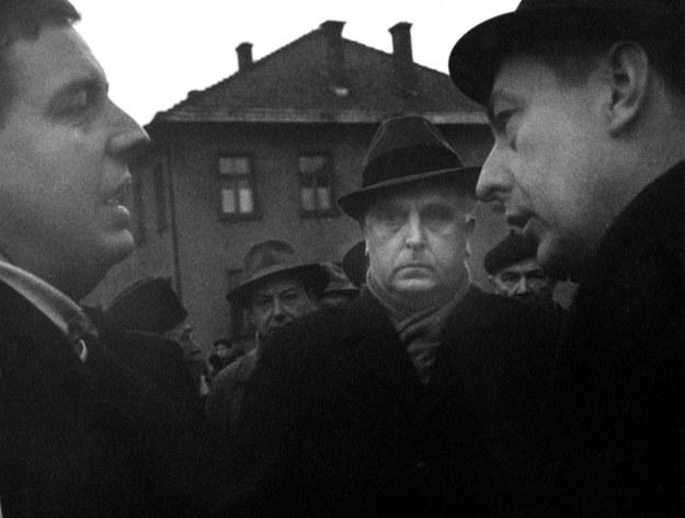 Teren byłego niemieckiego obozu Auschwitz, 1964 r, wizja lokalna. W środku oskarżony były lekarz SS w KL Auschwitz doktor Lucas odmawia odpowiedzi dziennikarzowi. W jego zastępstwie odpowiada obrońca Lucasa. /Sławek Biegański  /Agencja FORUM