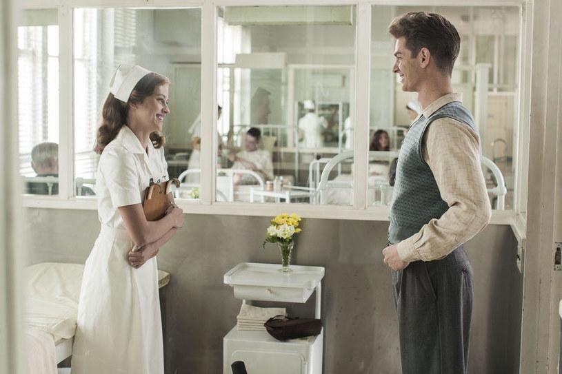 """Teresa Palmer i Andrew Garfield w filmie """"Przełęcz ocalonych"""" /materiały prasowe"""