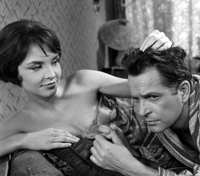 """Teresa Tuszyńska i Jan Machulski w filmie """"Drugi człowiek"""" (1961) /East News/POLFILM"""