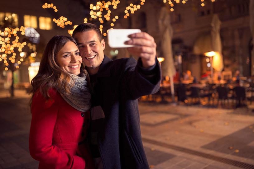 """Termin """"selfitis"""" został po raz pierwszy ukuty w 2014 r., aby opisać obsesyjną potrzebę robienia selfie /123RF/PICSEL"""