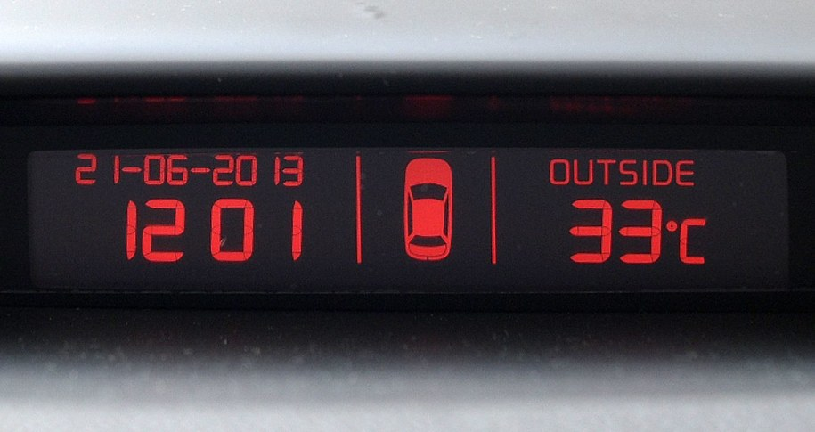 Termometr w rozgrzanym samochodzie (zdj. ilustracyjne) //Darek Delmanowicz /PAP