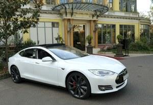 Tesla Model S z półautonomicznym systemem wyprzedzania