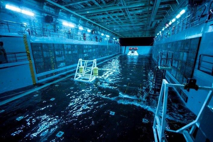 Testowa kapsuła Orion w hangarze USS San Diego. /NASA