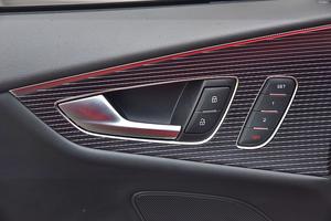 Testowaną wersję wyróżniają okładziny z wielu warstw czarnego drewna oraz aluminium. /Motor