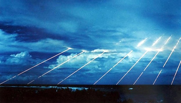 Testy broni nad atolem Kwajalein /AFP